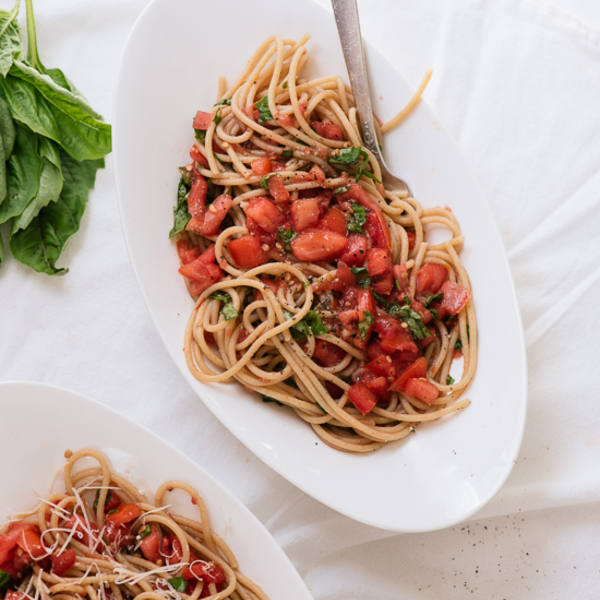Summertime Spaghetti with Fresh Tomato Sauce